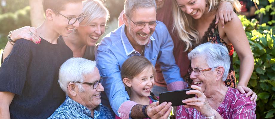 Familie schaut auf Smartphone