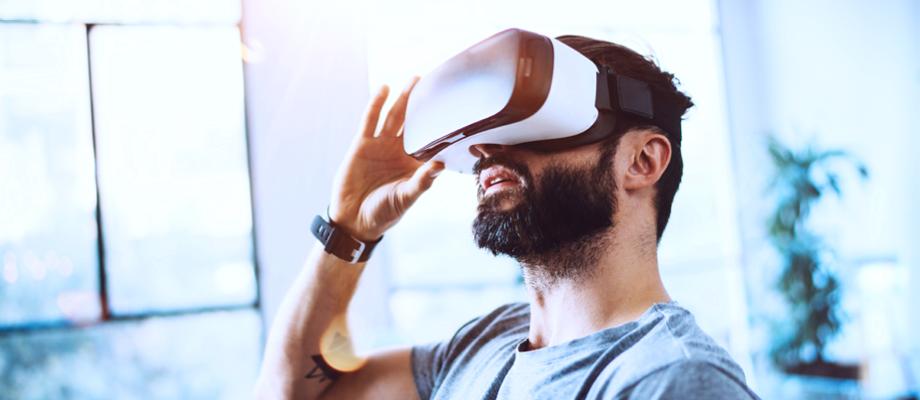 Mann trägt Virtual Reality Brille